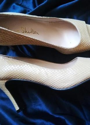 Крутые бежевые туфли на удобном каблуке испания