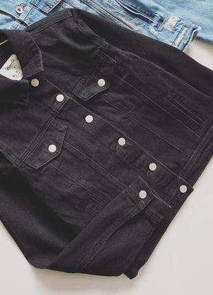 Чёрная джинсовая куртка с заклепками