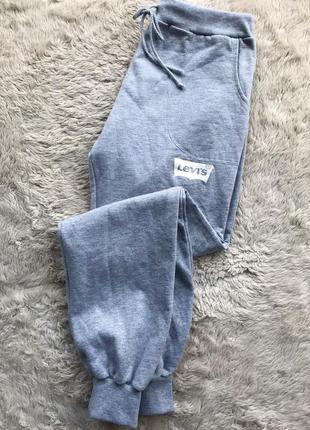 Серые спортивные штаны levis
