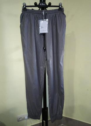 Серые брюки джоггеры из эко-кожи missguided