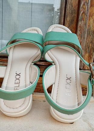 Босоніжки фірми flexx  світломятного кольору