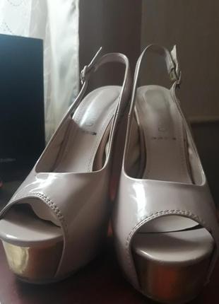 Удобные босоножки на каблуку