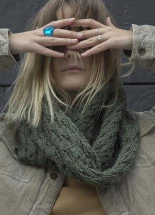 Зелёный вязаный шарф-хомут