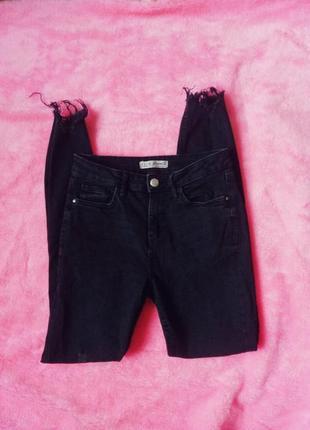 Чёрные джинсы скинни с потертостями с высокой талией посадкой и необработанным краем