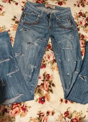 Рваные фирменные джинсы
