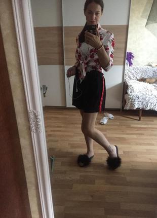 Рубашка в розы и шорты с лампасами
