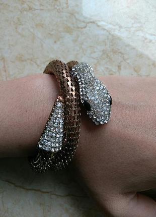 Золотистый браслет в виде рептилии декорированный камнями