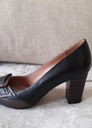 """Новые туфли - """"лодочки"""" из натуральной кожи черного цвета с коричневой кожаной отделкой"""
