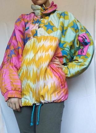 Яркая фирменная куртка анорак