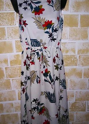 Красивое белое платье в цветочный принт tu p.10.
