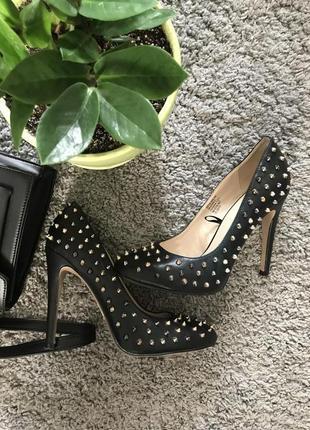 Стильные черные туфли с заклепками