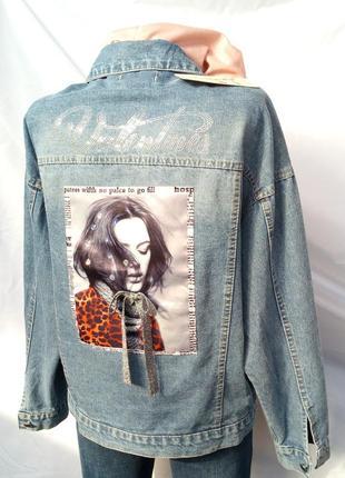 Джинсовая куртка со стразами.
