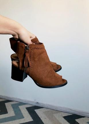 Стильные босоножки на широком каблуке
