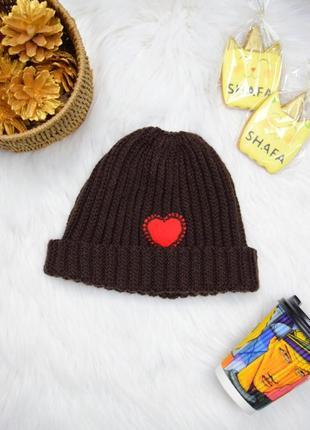 Коричневая шапка с сердечком