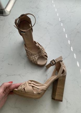 Стильные кожаные босоножки на толстом наборном каблуке schuh на 35,5-36 размер