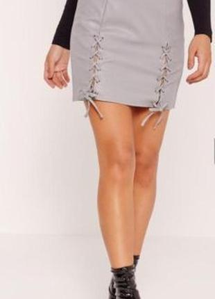Дерзкая и оригинальная мини-юбка missguided с переплетом