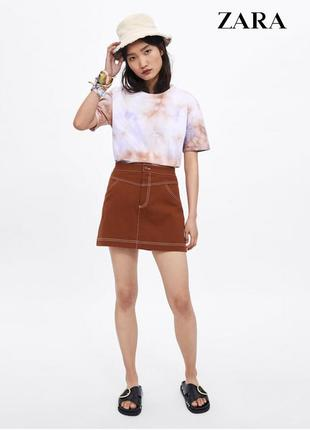 Джинсовая горчичная джинсовая юбка с белой строчкой с карманами zara