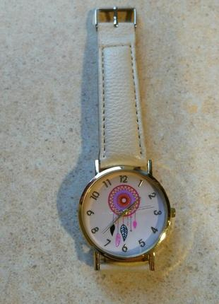 Женские часы с бежевым ремешком