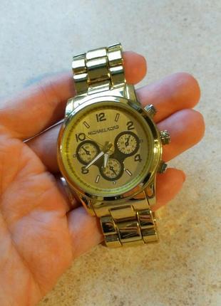 Женские часы с металическим ремешком