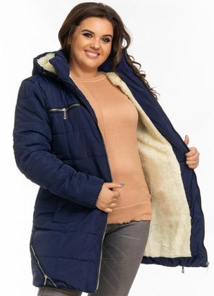 Зимняя женская куртка на овчине темно синяя недорого удлиненная с капюшоном на молнии