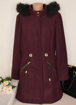Брендовое бордовое демисезонное пальто с меховым капюшоном и карманами atmosphere
