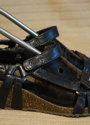 Легенькие фирменные черные кожаные босоножки на танкетке teva сша 39 р