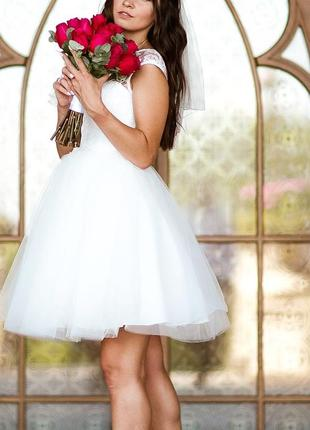 Шикарное короткое свадебное платье
