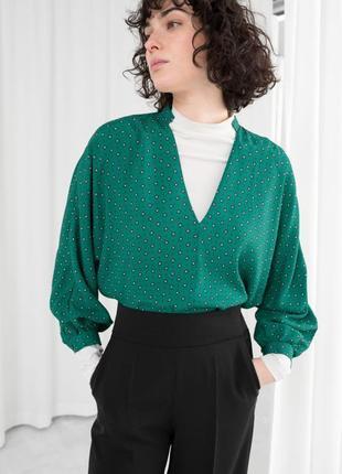 Блуза рубашка в стиле 90-х зеленая с v-вырезом объёмными рукавами зеленая принт
