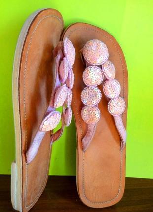 Качественные шлепанцы вьетнамки натур кожа низкий каблук