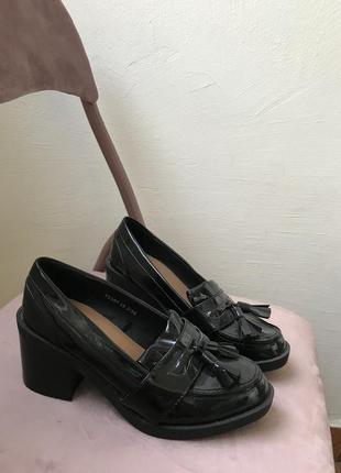 Лаковые лоферы чёрные туфли челси броги