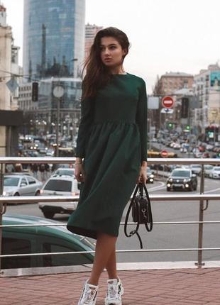 Стильное платье изумрудного цвета