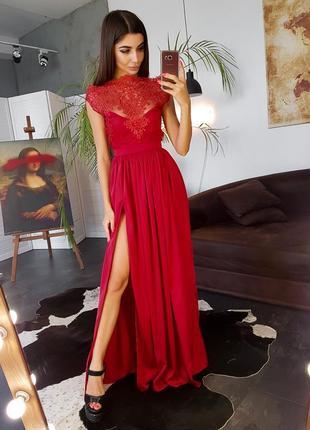 Красное платье в пол с открытыми плечами и кружевным верхом