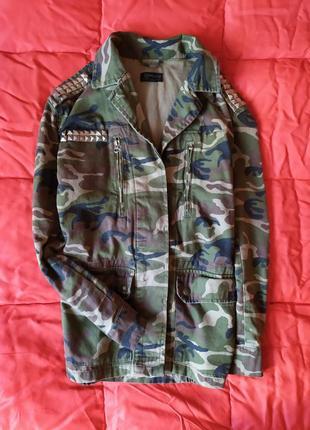 Стильная,камуфляжная,котоновая куртка с заклепками