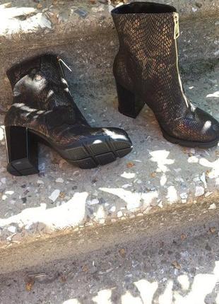 Женские ботильоны на устойчивом каблуке и стильной подошве
