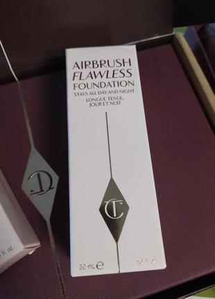 В топ  тональная основа charlotte tilbury airbrush flawless foundation