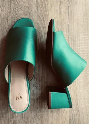 Моднейшие атласные шлёпанцы на устойчивом каблуке