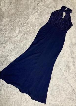 Синее вечернее платье макси в пол с кружевом и открытой спиной