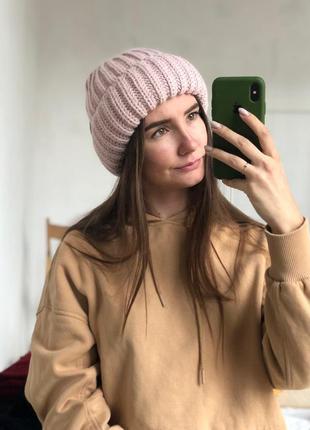 Стильная пудровая шапка