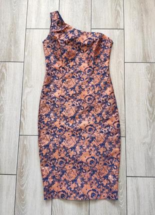 Вечернее платье с оголенным плечем