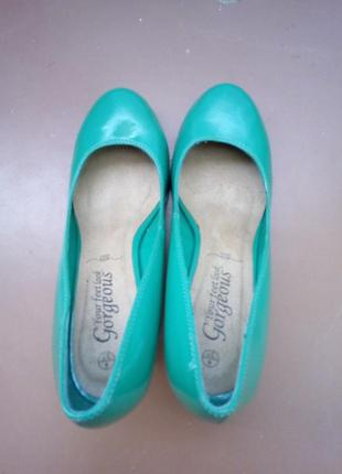 Красивые кожанные туфли зелёного цвета