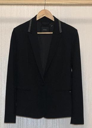 Очень красивый пиджак от дорогого бренда guess