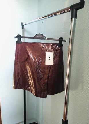 Лаковая юбка винного цвета