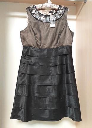 Нарядное платье миди с украшентем в зоне декольте и юбкой с воланами