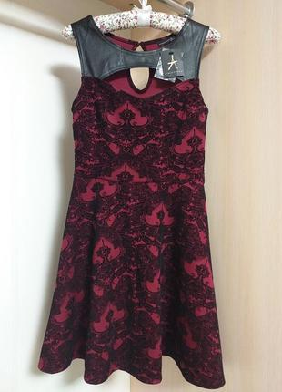 Платье из красивой ткани с юархатгым узором и кожанными вставками с широкой юбкой