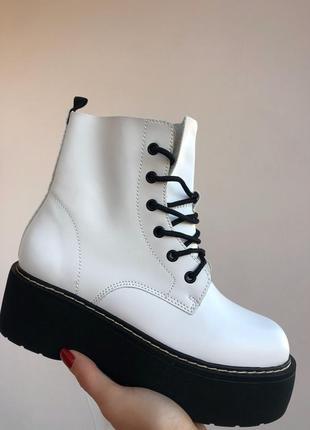 Белые грубые ботинки