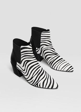 Ботинки -казаки из натуральной кожи с анималистичным принтом stradovarius