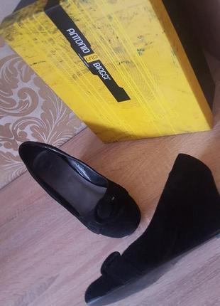 Замшевые туфли с пряжкой