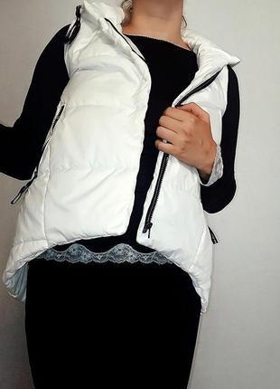 Стеганая белая жилетка на синтепоне 14-16 размер