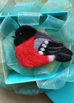 Валяная брошь снегирь ручной работы зимняя войлочная брошь птица новогодний подарок
