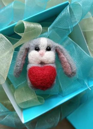 Брошь значок серый зайка заяц кролик с сердцем сухое валяние валяная брошь
